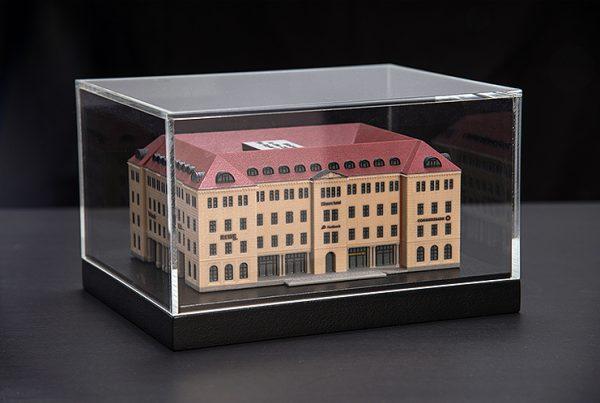 25 Hours Hotel 3D-Konstruktion und 3D-Druck aus Polymergips mit individuellem Holzsockel und Glashaube